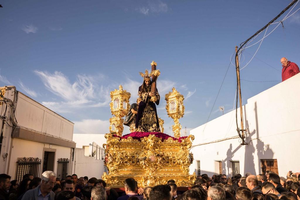 AYAMONTE VIVIÓ SU PARTICULAR DOMINGO DE SEÑAS CON EL TRADICIONAL TRASLADO DE PADRE JESÚS