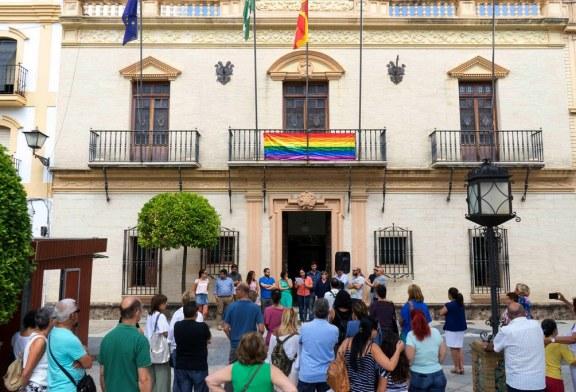 LA FACHADA DEL AYUNTAMIENTO DE AYAMONTE LUCE HOY LA BANDERA DEL ORGULLO GAY